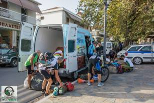 Οι αποσκευές των ποδηλατών φορτώνονται για να μεταφερθούν απευθείας στο Κυριακοχώρι όπου θα γίνει η 1η διανυκτέρευση
