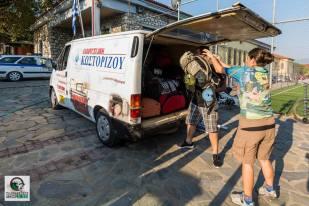 Φόρτωση αποσκευών με προορισμό τη Γραμμένη Οξυά, για την πρώτη διανυκτέρευση. Χορηγός- Κωστορίζος